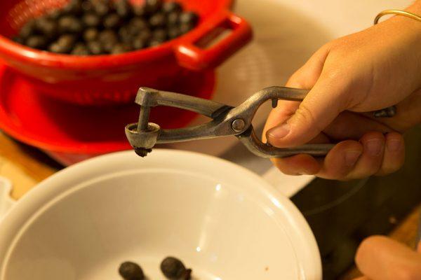 Remoção dos caroços das azeitonas.