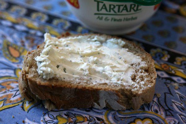 Este queijo fica óptimo barrado no pão.